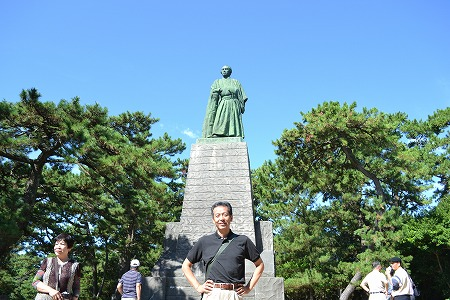 坂本龍馬像の前で